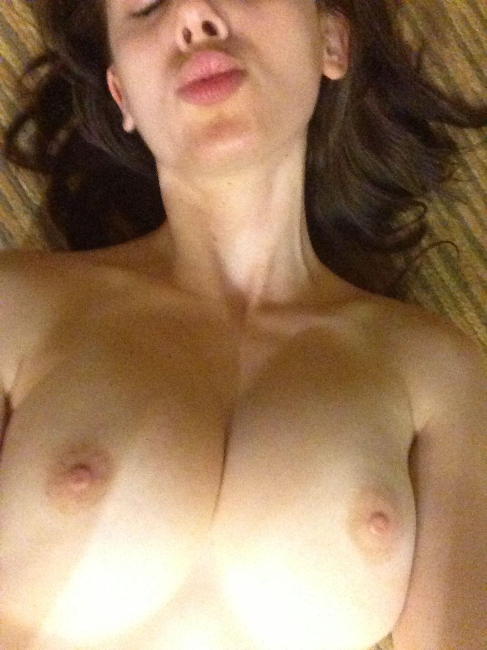 Alison Brie desnuda 3