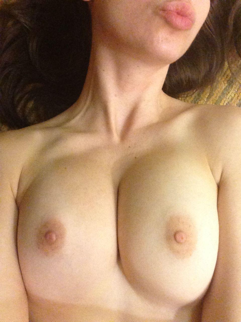 Alison Brie desnuda sin censura 3