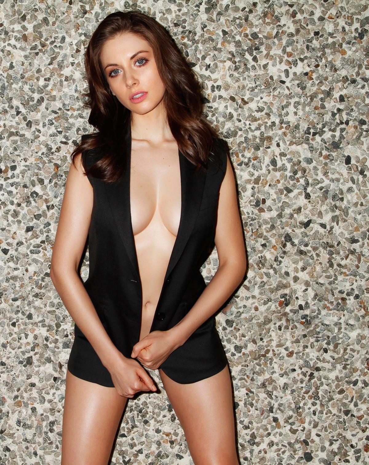 Alison Brie desnuda video 4