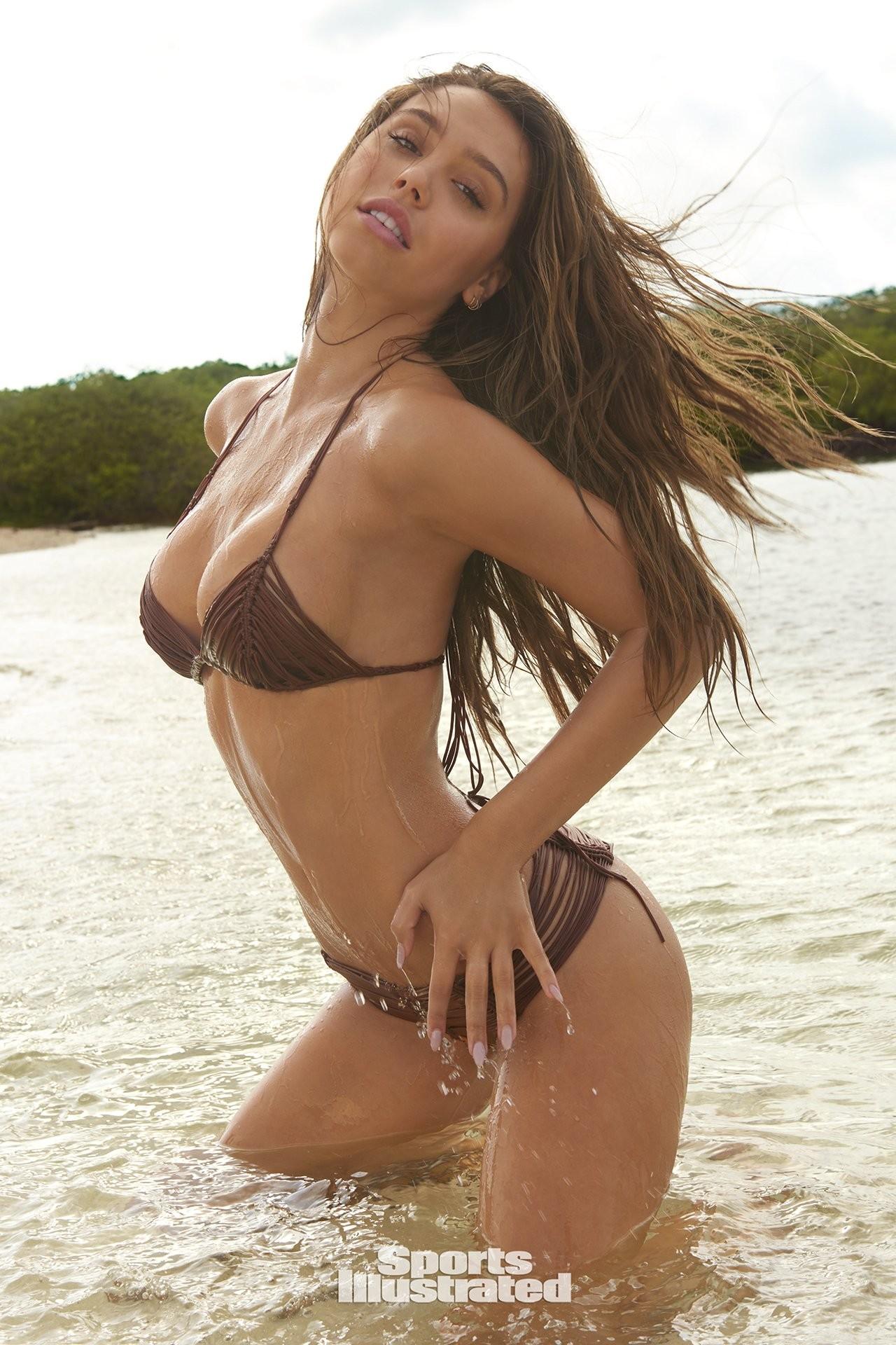 Alexis Ren desnuda 1