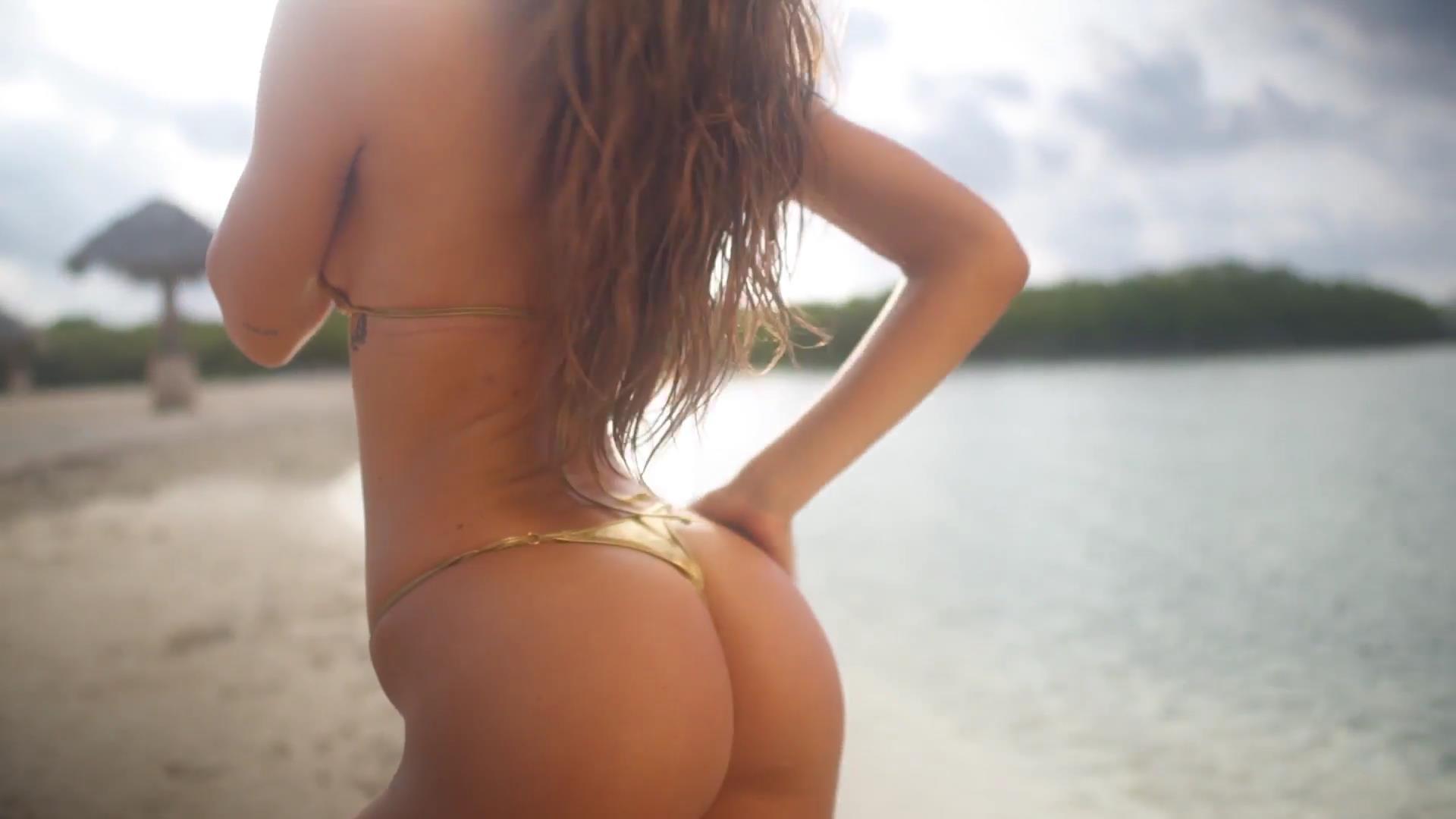 Alexis Ren desnuda 2