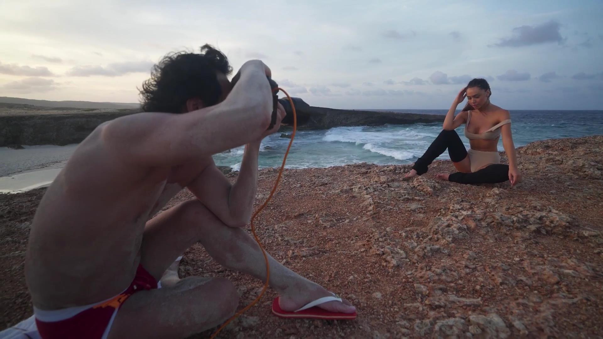 Alexis Ren desnuda 3