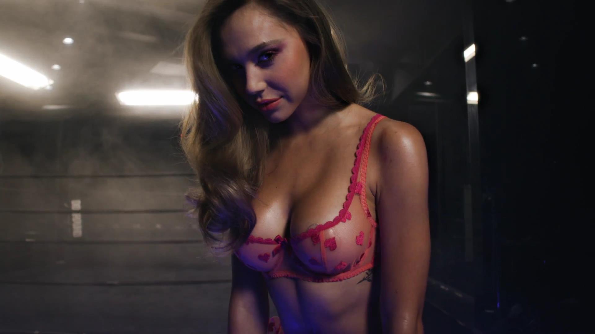 Alexis Ren desnuda follando