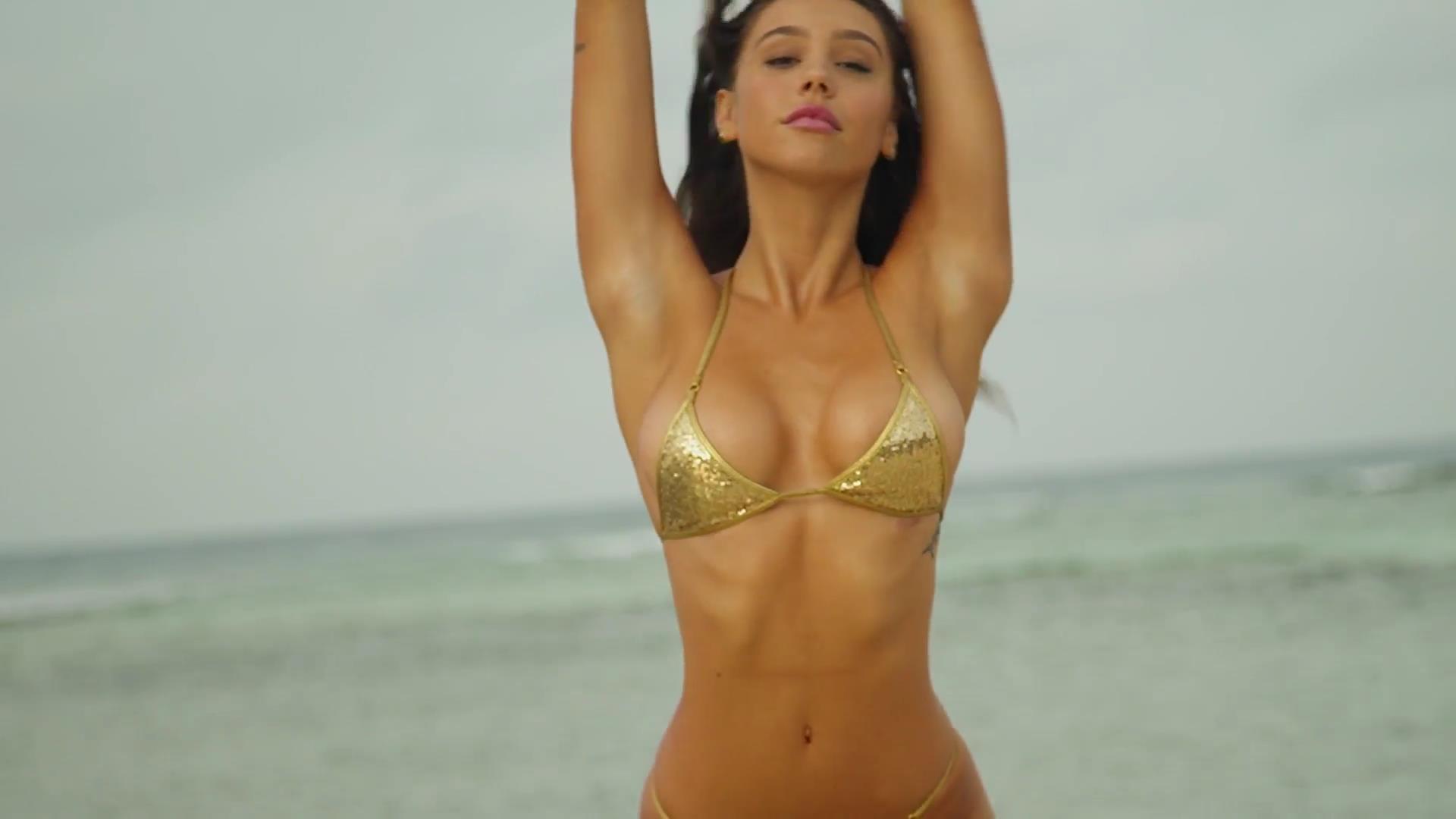 Alexis Ren desnuda tetas 2