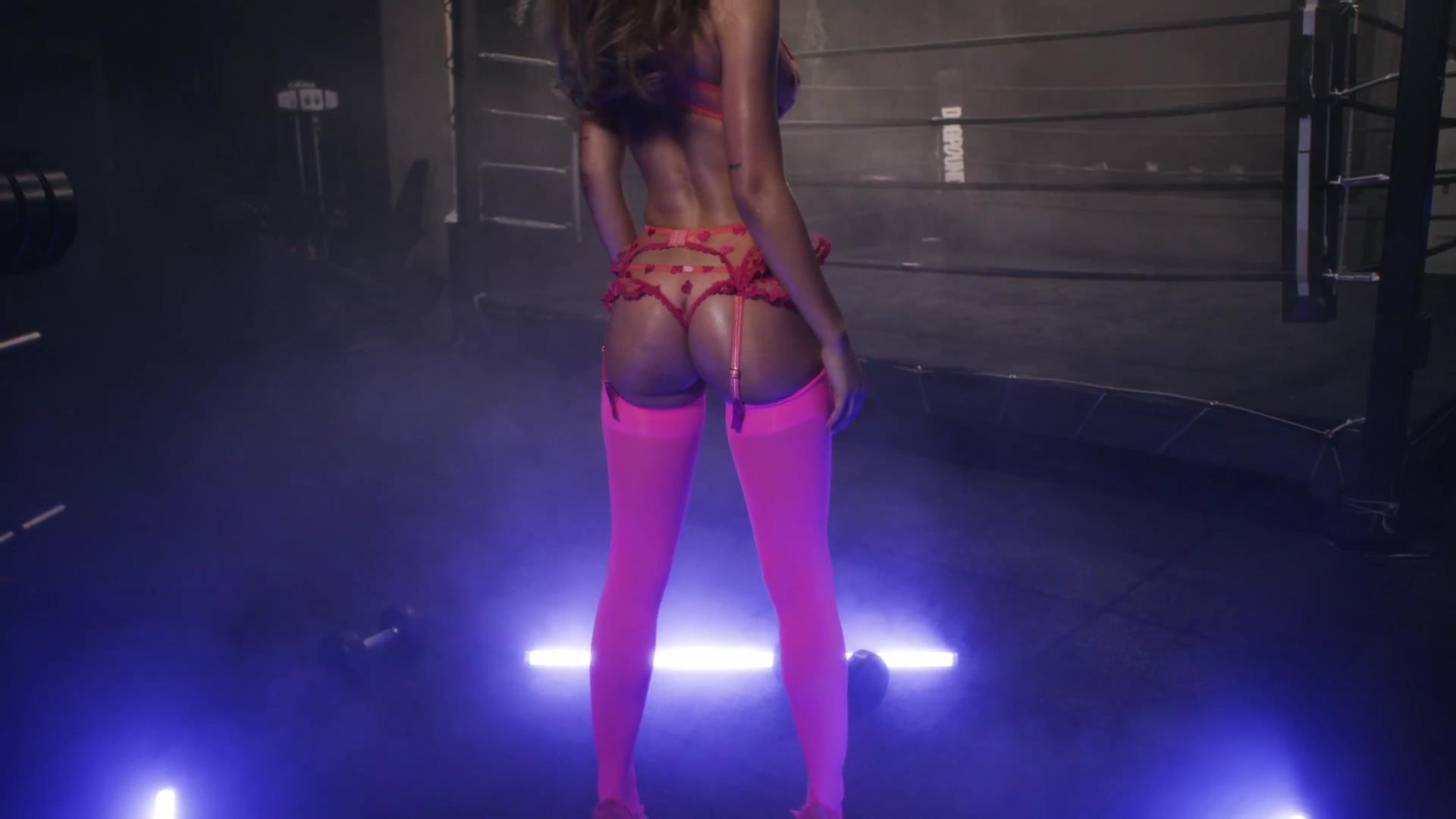 Alexis Ren desnuda tetas