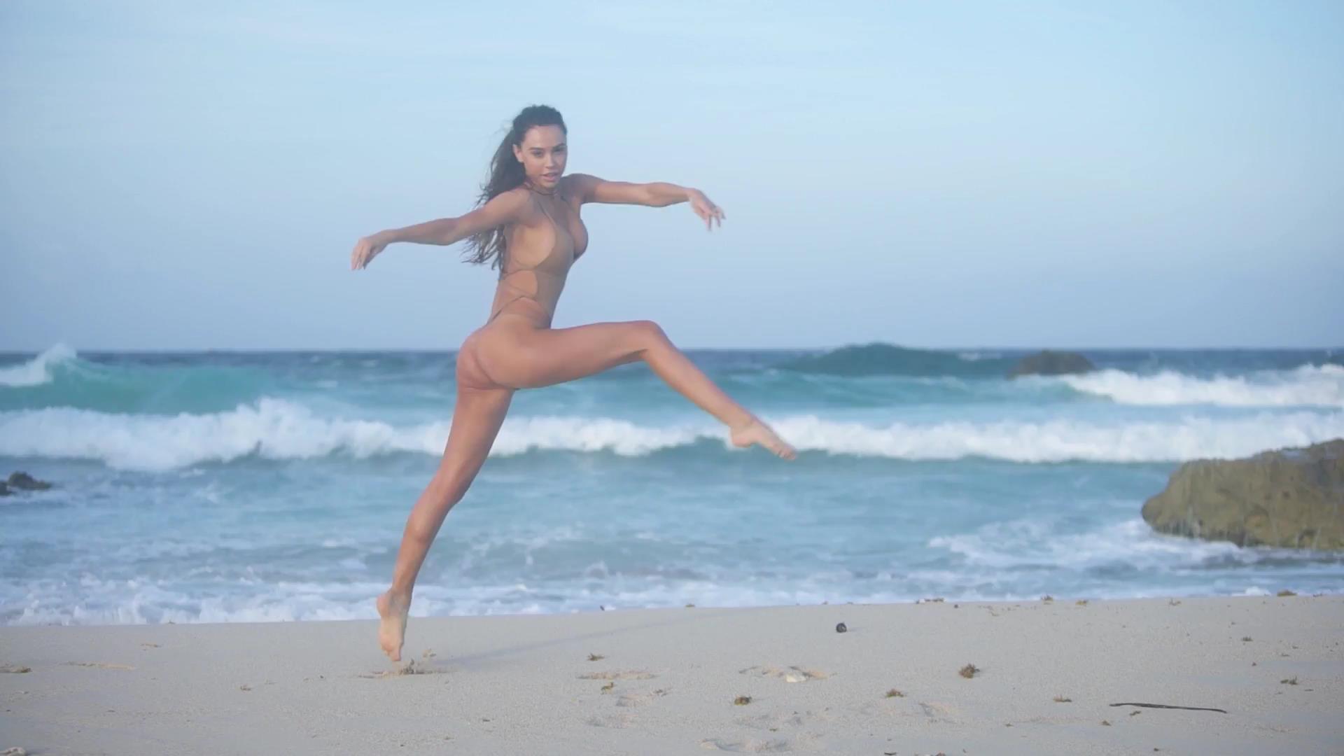 Alexis Ren videos desnuda 3