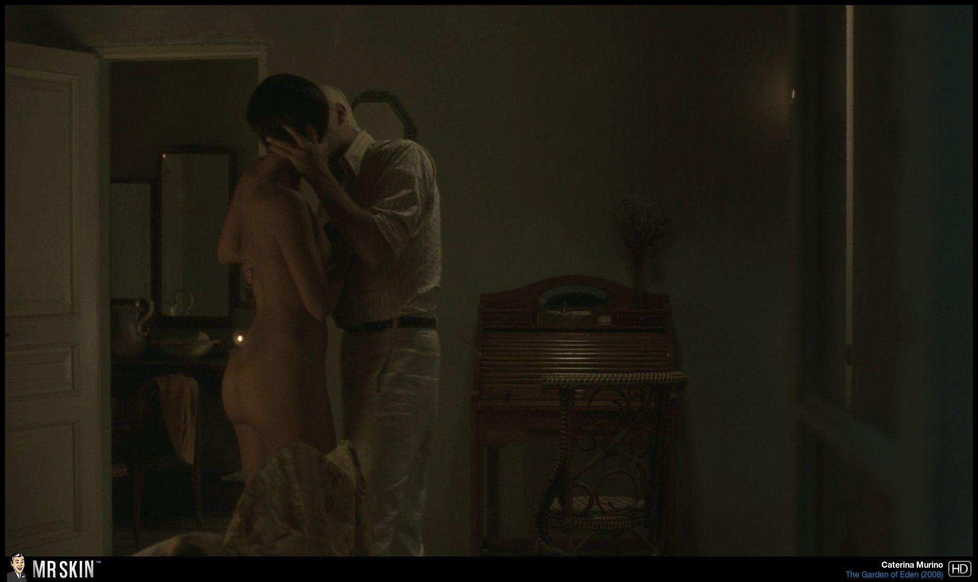 Caterina Murino desnudo en la cama