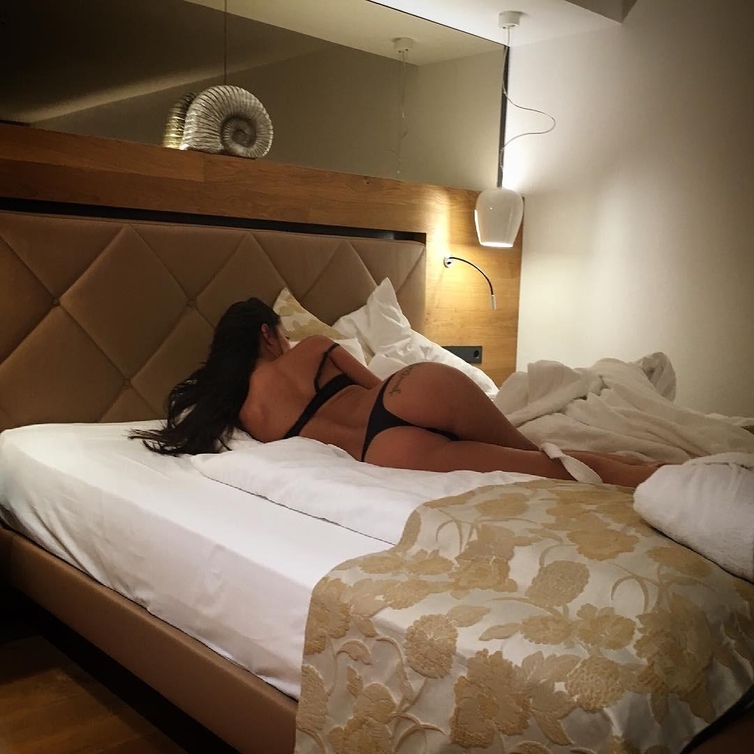 Eva Padlock desnudándose
