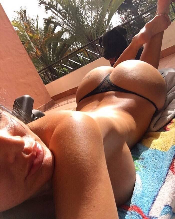 Eva Padlock desnudo en la cama
