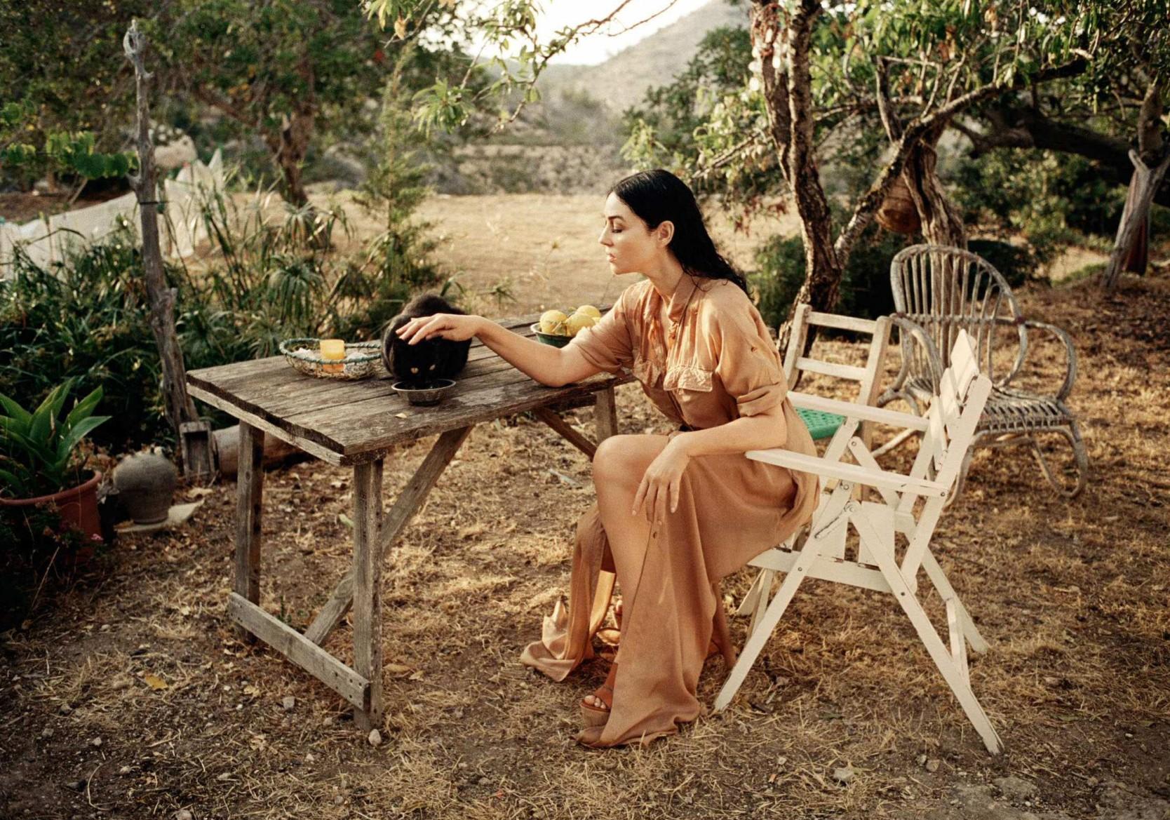 Monica Bellucci cogiendo