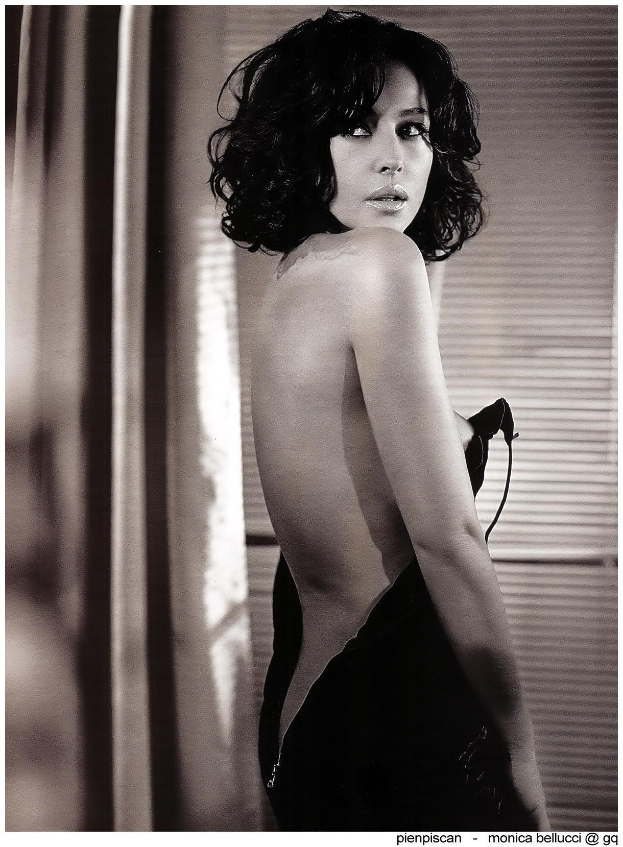 Monica Bellucci desnudándose