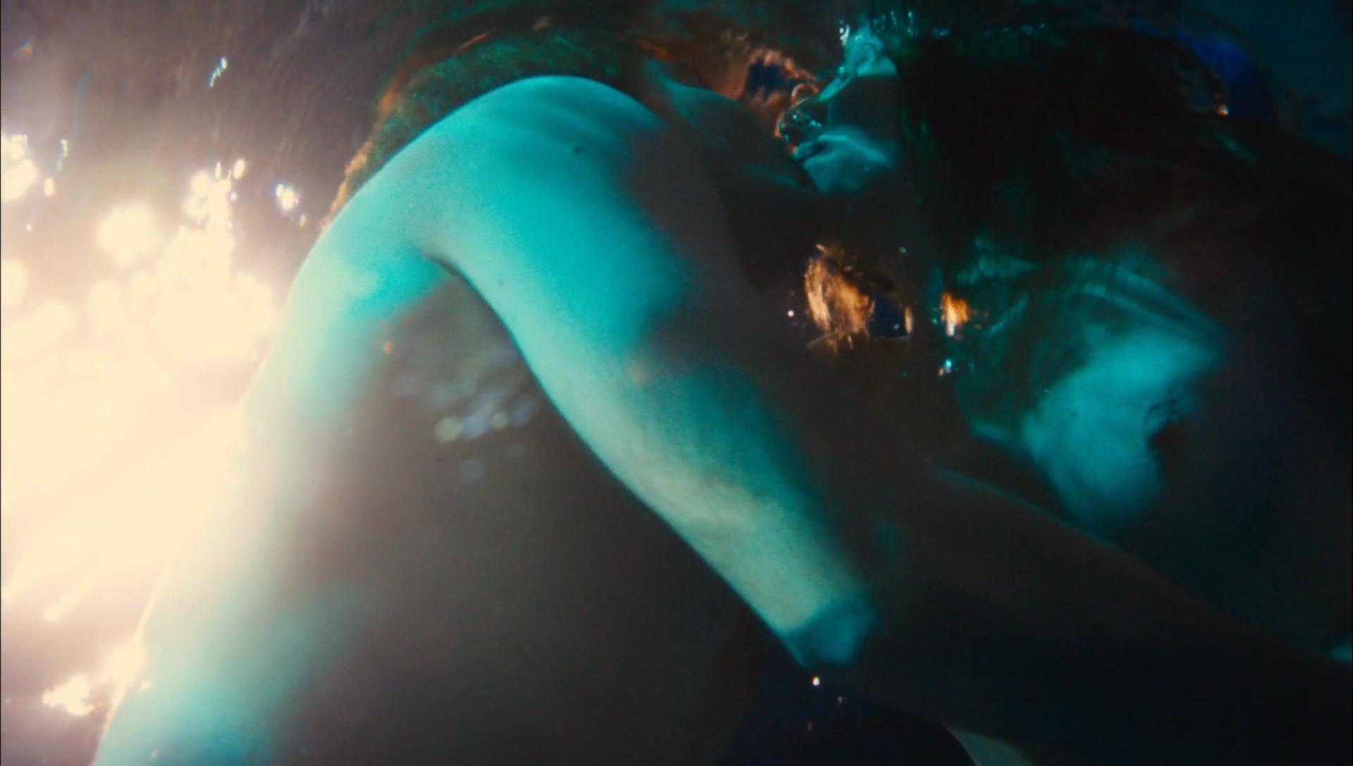 Natalie Dormer desnudándose