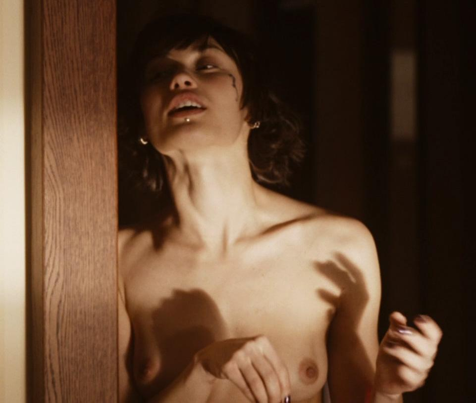 Olga Kurylenko escenas