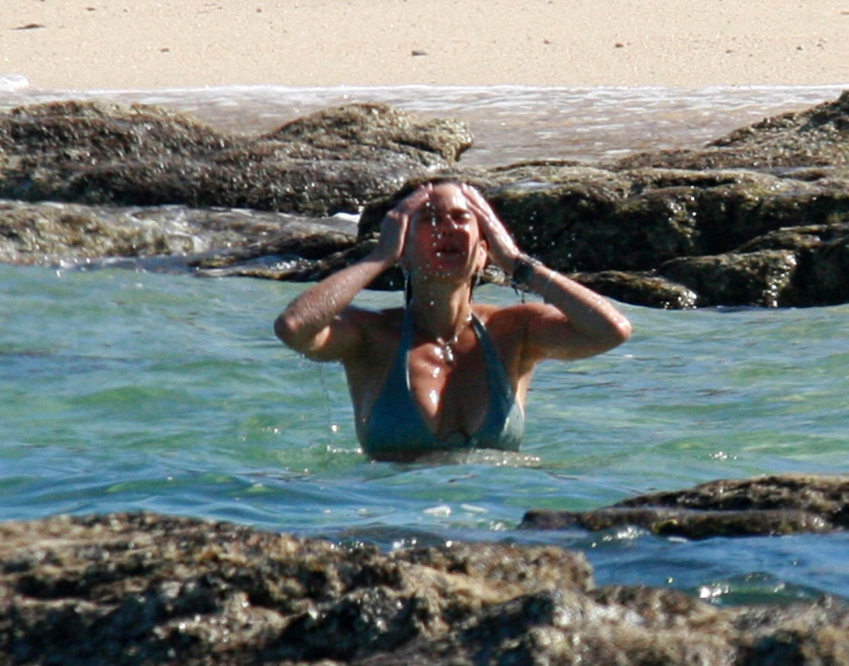 Teri Hatcher desnudándose