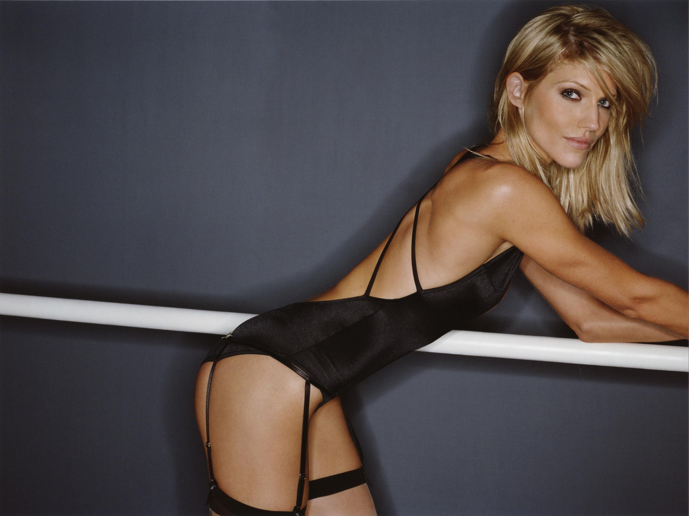 Tricia Helfer desnuda