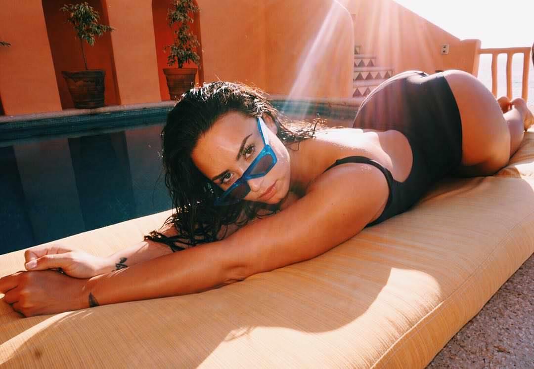 Demi Lovato desnudo en la cama 1