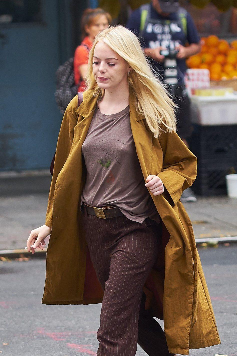 Emma Stone cogiendo