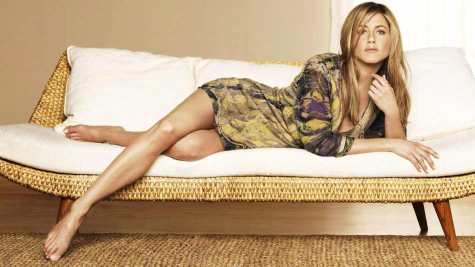 Jennifer Aniston delante