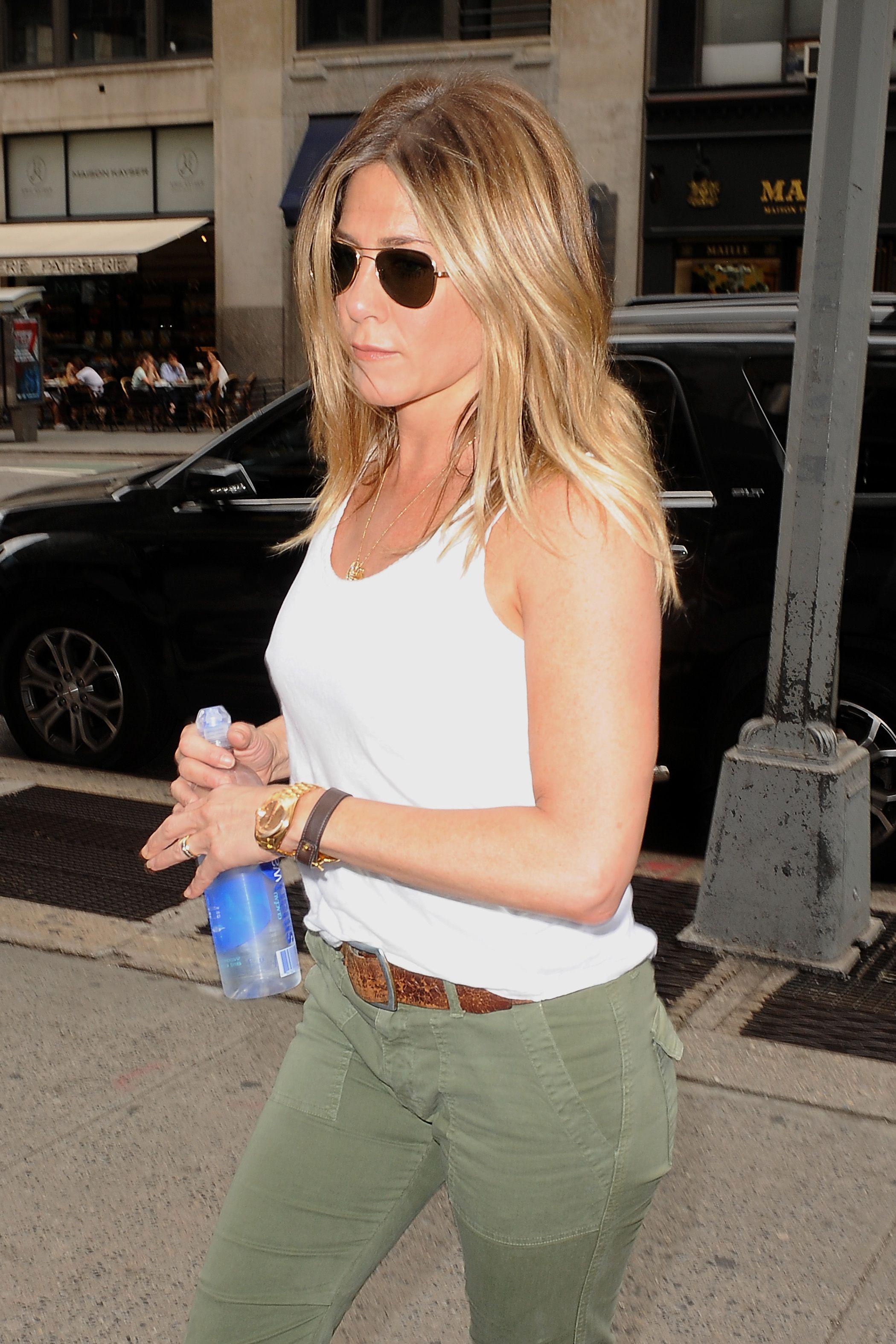 Jennifer Aniston se desnuda en sesión fotográfica   Emol Fotos
