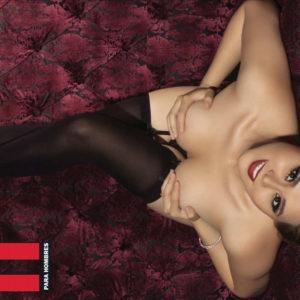 Gomita desnuda tetas