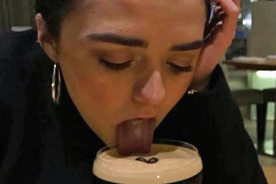 Maisie Williams cachonda
