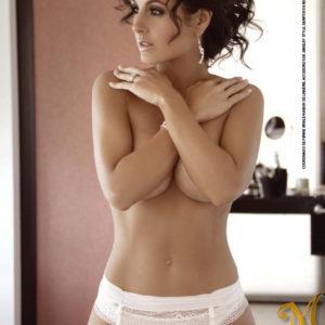 Mayrin Villanueva desnudo en la cama