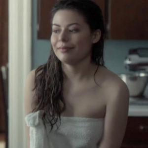 Miranda Cosgrove mamando